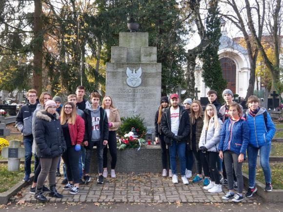 Uczniowie naszej szkoły złożyli kwiaty na mogiłach poległych żołnierzy Legionów